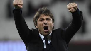 Kocha wa Chelsea  Antonio Conte akisherehekea mmoja ya ushindi katika michuano ya ligi kuu nchini Uingereza