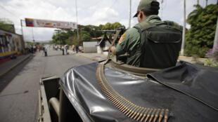 A la frontière près de San Antonio, un membre de la garde nationale vénézuélienne oriente une mitrailleuse en direction de la Colombie, le 4 novembre 2009.