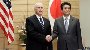 Thủ tướng Nhật Bản Shinzo Abe (P) tiếp phó tổng thống Hoa Kỳ Mike Pence, tại Tokyo, ngày 07/02/2018