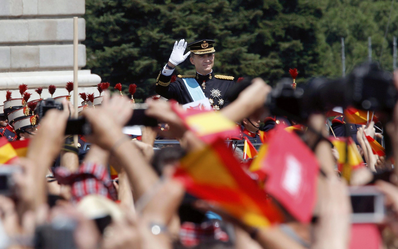 O novo rei da Espanha, Felipe VI, durante durante desfile até o Palácio Real, 19 de junho de 2014.