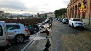 Parte de uma rua do século XIV, em Florença, desabou em função do peso dos carros.