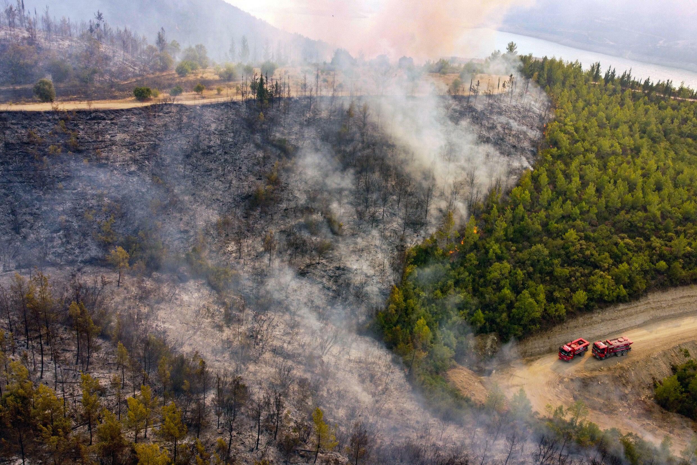 Fotografía aérea de camiones de bomberos que luchan contra un incendio  cerca del municipio turístico de Manavgat, en el sureste de Turquía, el 30 de julio de 2021