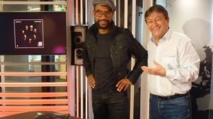 El percusionista francés Osman Jr. con Jordi Batallé después de la grabación de El invitado de RFI.