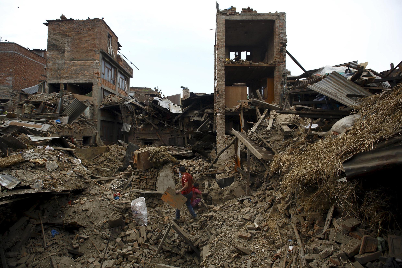 Les pelleteuses vont entrer en action puisque, selon les autorités, il n'y a désormais plus d'espoir de retrouver des survivants dans les ruines. Ici Bhaktapur, le 2 mai 2015.