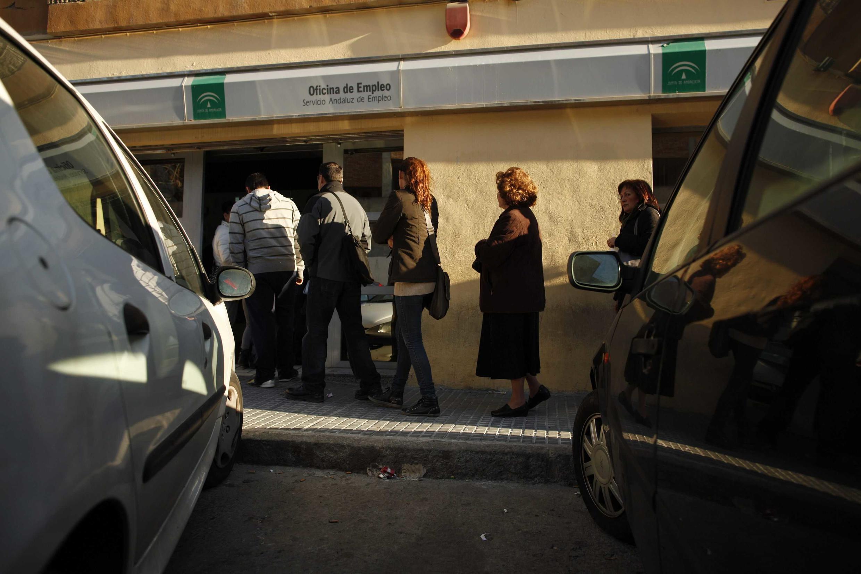 Una fila de desempleados en un centro implementado por el gobierno español en la ciudad de Malagá.