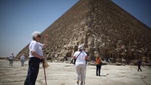 A pirâmide de Queóps, no complexo de Gizé.