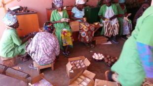 Les femmes de la savonnerie de la Fédération nationale des groupements Naam au travail.