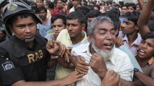 Les forces de l'ordre ont durement réprimé la manifestation des ouvriers du textile de l'usine de Tongi, au Bangladesh, le 31 octobre 2009.