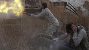 Rebeldes sírios enfrentam forças do regime em Alepo, onde um helicóptero caiu neste domingo.