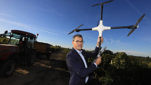 Arnaud Delaherche, chargé de la recherche et développement chez Bernard Magrez et son drone qui survole les vignobles.