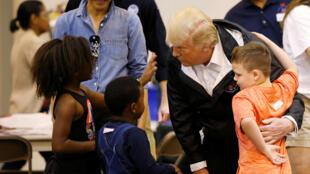 Президент США Дональд Трамп и его жена Меланья встречаются с пострадавшими от урагана Харви детьми, Техас, 2 сентября 2017 г.