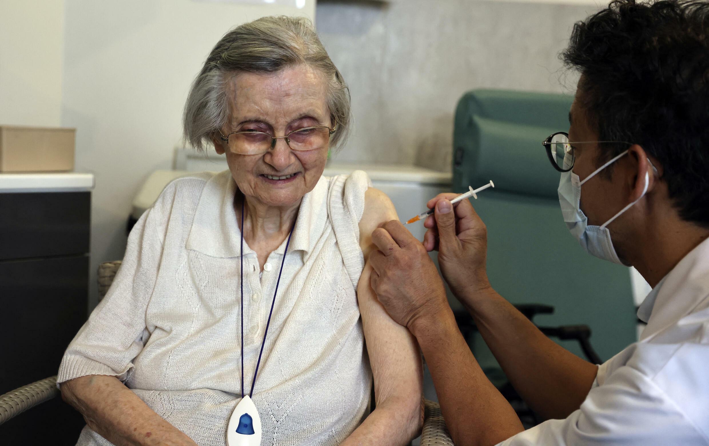 Terceira dose da vacina anticovid começou a ser administrada nas casas de repouso de idosos na França