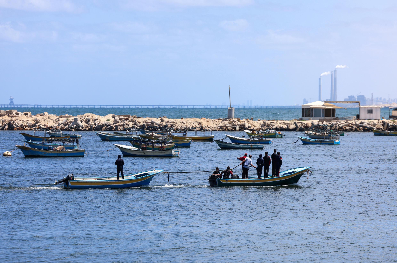 Des pêcheurs palestiniens sortent en mer à Gaza le 22 mai 2021 après un cessez-le-feu entre groupes palestiniens et Israël