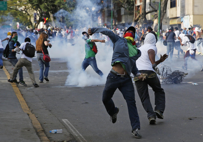 Người biểu tình chống chính phủ Maduro đối đầu với cảnh sát tại Caracas ngày 22/02/2014.