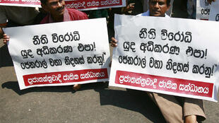 Fonseka supporters in Colombo hold a silent protest against his arrest