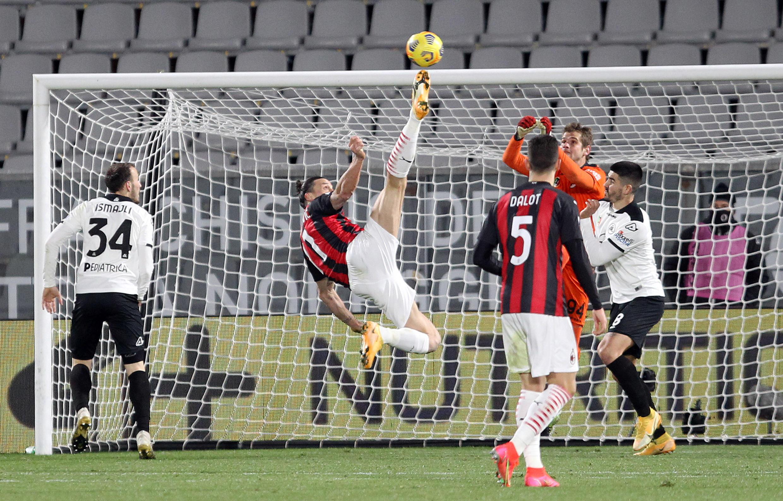 Zlatan Ibrahimovic yayin kokarin jefa kwallo a ragar kungiyar Spezia.