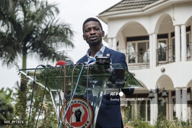 Mgombe wa urais nchini Uganda Bobi Wine kupitia chama cha upinzani NUP akizungumza na wanahabari nyumbani kwake Januari 15 2021.
