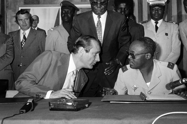 Le Premier ministre Jacques Chirac (G) discute avec le chef de l'État tchadien, le général Félix Malloum, lors d'une conférence de presse, le 6 mars 1976.