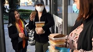 Dsitribution de repas gratuits à des étudiants étrangers à Melbourne, le 25 mai 2020.