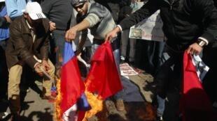 به آتش کشیده شدن پرچم های روسیه و چین توسط مخالفین حکومت بشاراسد
