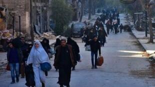 Civis são recrutados pelo exército sírio em Aleppo