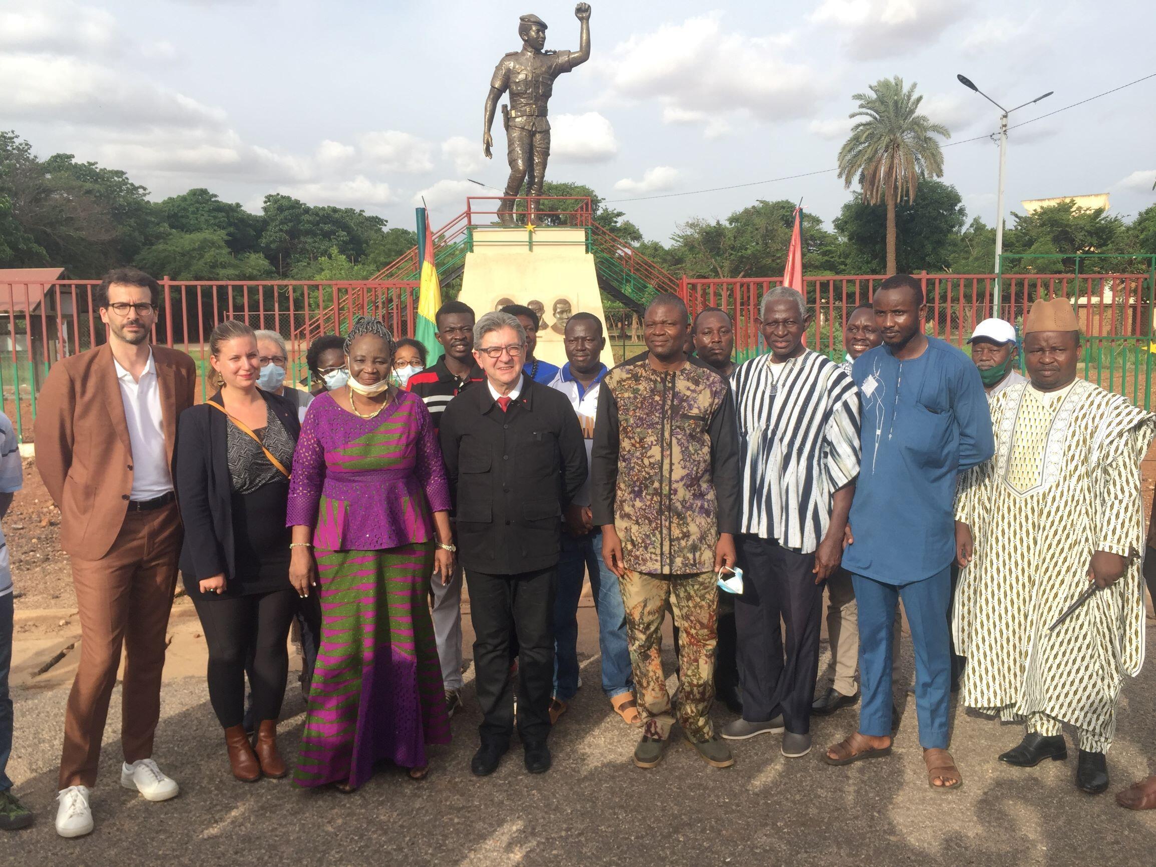 Le député français Jean-Luc Mélenchon et sa délégation, en compagnie des membres du comité Mémorial Thomas Sankara et un représentant de la famille de Thomas Sankara.