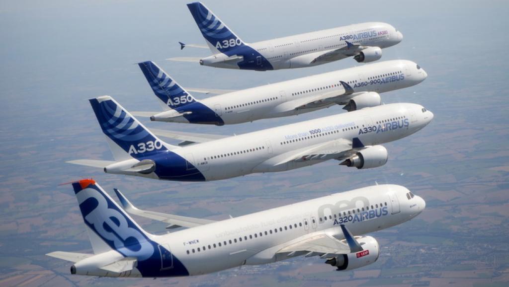 Vuelo en conjunto de Airbus para los 50 años del consorcio. Modelos  А320, A330, А350 y А380.