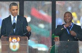 Captura vídeo, do presidente americano, Barack Obama, que discursa ao lado do falso intérprete, durante a cerimônia de homenagem ao líder Nelson Mandela, no estádio Soccer City, em Joanesburgo, em 10 de dezembro de 2013