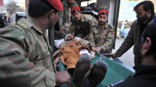 Lính cấp cứu đang chuyển những người bị thương vào bệnh viện (AFP/H. Ahmed)
