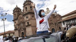 La candidata presidencial peruana Keiko Fujimori munida de máscara protectora saluda durante un mitin de campaña antes de la segunda vuelta de las elecciones del 6 de junio en Cuzco, Perú, el 26 de mayo de 2021, en plena pandemia de coronavirus que hizo prolongar el Estado de Emergencia reinante.