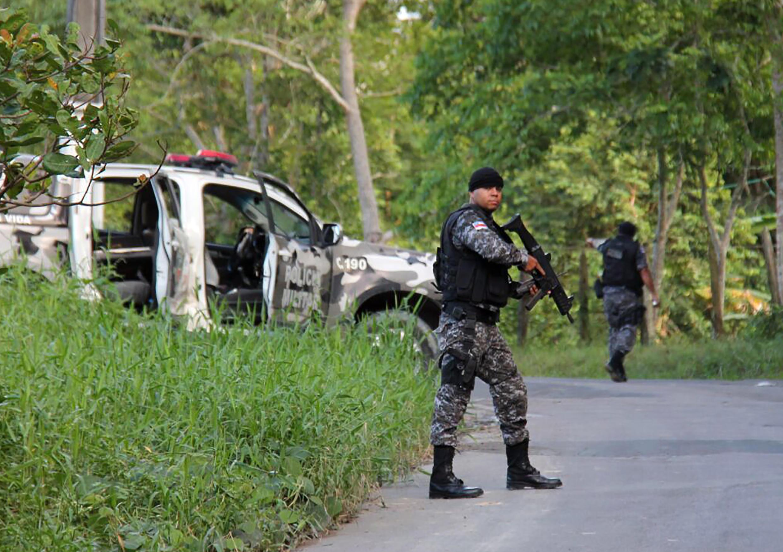 Militares presentes perto da cadeia de Manaus após um motim.