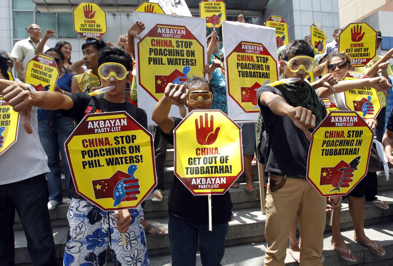 Des Philippins en colère manifestent devant les bureaux du consulat chinois à Makati, le 10 avril 2013.