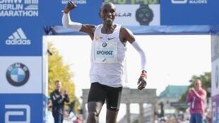 Mwanariadha wa mbio ndefu wa kenya, Eliud Kipchoge akishangilia baada ya kuibuka mshindi katika mashindano ya Berlin Marathon