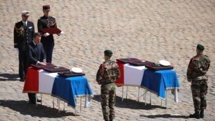 Rais wa Uafransa Emmanuel Macron akiongoza mazishi ya wanajeshi wawili wa nchi hiyo waliouawa nchini Burkina Faso wakati wakiwaokoa watalii nchini Burkina Faso