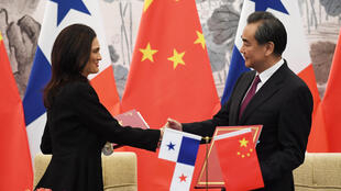 A chanceler do Panamá, Isabel de Sain Malo, e seu colega chinês Wang Yi