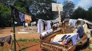 Des déplacés font sécher leurs affaires à Bangassou, le 24 mai 2017.
