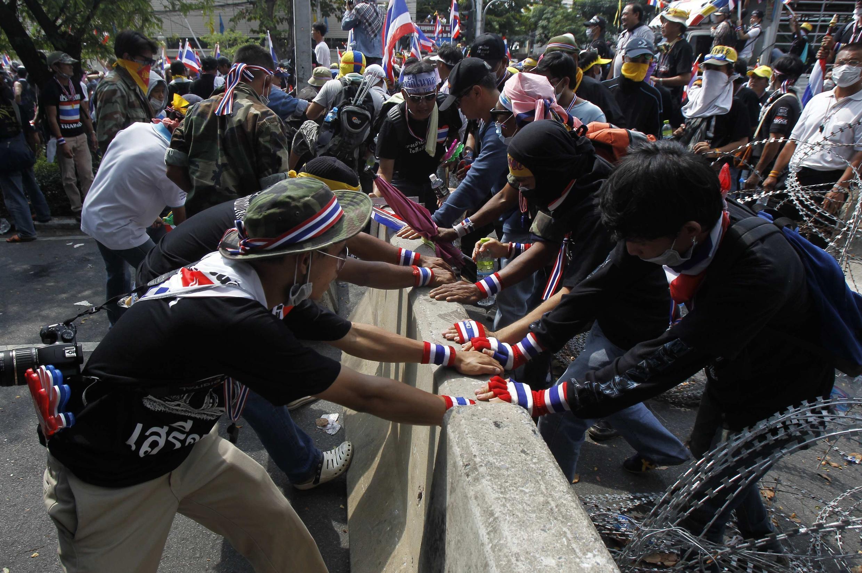 Los manifestantes opositores intentaron ingresar, en vano, a la sede del gobierno tailandés.