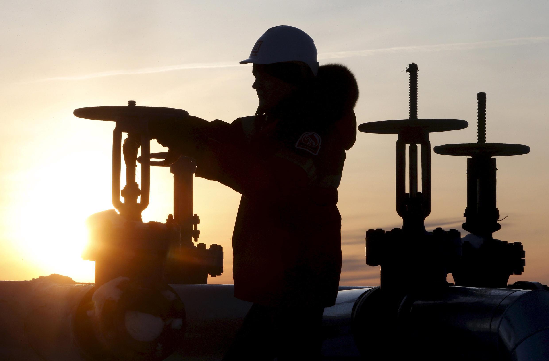 Em Doha, capital do Catar, os ministros do Petróleo de Rússia, Arábia Saudita, Venezuela e Catar fizeram hoje(16) reunião para reduzir o excesso de oferta no mercado, que afunda os preços do produto.
