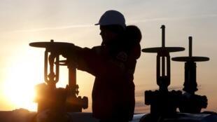 En Doha, capital de Catar, los ministros de energía de le Rusia, Venezuela, Catar y Rusia llegar a un acuerdo.