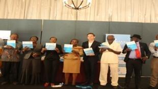 Mkurugenzi wa kituo cha sheria na haki za binadamu Tanzania LHRC, Anna Henga (wa tano kutoka kulia) baada ya kuzinduz ripoti ya haki za binadamu na biashara ya mwaka 2018/19