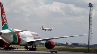 Le Kenya a annoncé ce lundi la reprise des vols internationaux et nationaux. Ici, un avion de Kenyan Airways à l'aéroport international Jomo Kenyatta de Nairobi, le 24 mars 2020.