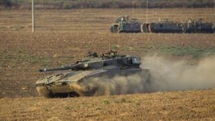 Tanques de guerra israelíes avanzan hacia Gaza, el lunes 21 juillet de 2014.