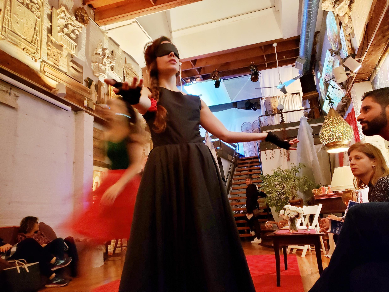 Andressa Furletti no espetáculo Inside the Wild Heart, encenado num casarão histórico de Gramercy Park, em Manhattan, em 2018. O Group.BR precisou repensar os planos de remontar o espetáculo para o centenário de Clarice Lispector em 2020.