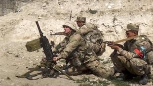 Des soldats azerbaïdjanais tirent au mortiers sur la ligne de front qui les opposent aux séparatistes arméniens le 27 septembre 2020.