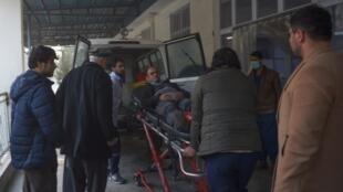 圣诞夜,阿富汗首都喀布尔政府大楼遭汽车炸弹袭击  图为一名伤员被送往阿克巴汗区医院(Wazir Akbar Khan)  2018年12月24日