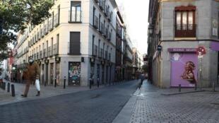 Homem anda pelas ruas desertas do centro de Madri neste sábado (14/03/2020) País decreta estado de alerta contra o coronavírus.