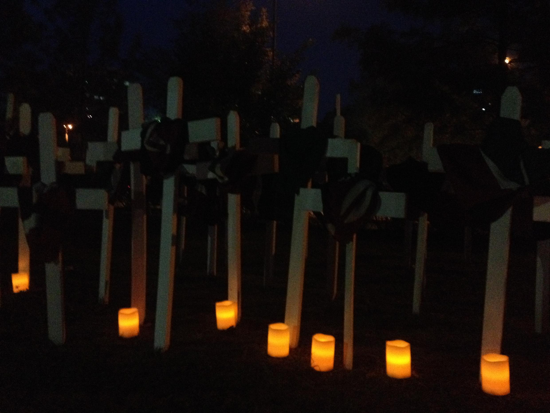 Des bougies placées auprès de chaque croix en hommage à chacune des victimes de l'attaque de Garissa, parc Uhuru, à Nairobi, le 7 avril 2015.  ,