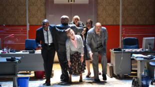 La troupe de comédiens de la pièce «Open Space» de Mathilda May.