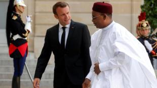 Shugaban Nijar Mahamadou Issoufou tare da shugaban Faransa Emmanuel Macron.