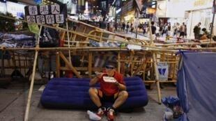 De petits groupes de manifestants pro-démocratie occupaient encore la rue ce mercredi 8 octobre à Hong Kong.